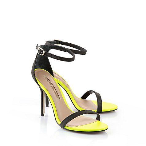 ... kontrastreich - Wunderschöne Sandalette aus schwarzem Leder in Reptiloptik mit einem schmalen Querriemchen auf dem Blatt, einem seitlich verstellbarem Fesselriemchen und einer neon-gelber, gepolsterten Innensohle.