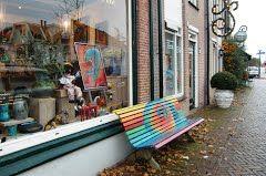 Beschilderd bankje voor étalage pottenbakkerij, Amstelveen, Noord-Holland, Nederland (Trudi)