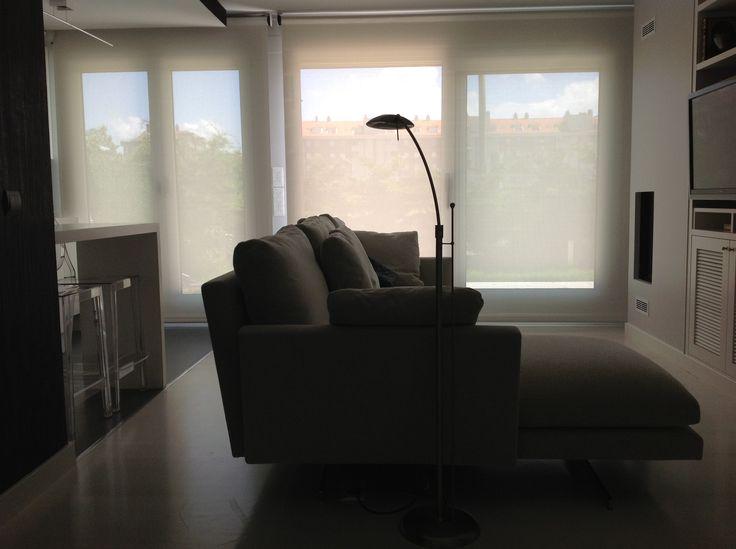 Imagen del sofá Chaise longevidad con los estores de BANDALUX  al fondo de los ventanales.