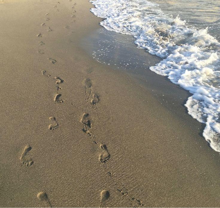 Fußspuren im Sand. Barfuß laufen im Sand ist eine Entspannung für den Körper und die Seele. Das Rauschen des Meeres trägt zusätzlich zu einer herrlichen Stimmung bei.