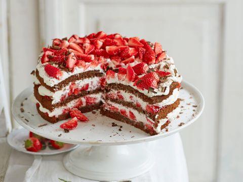 Schwarzwälder Kirschtorte war gestern. Hier kommt der laktosefreie Relaunch mit Erdbeeren! Ein sehr leichtes Rezept für eine unglaublich leckere Torte!