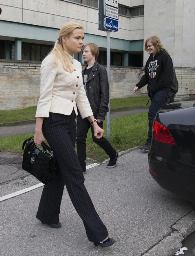 Блондинка в законе. Прибалтбюро сообщает:В Эстонии много хорошего. Например, государственный прокурор Республики Лаура Вайк. Молода, фотогенична, блондиниста. Интеллект написан на кукольном личике. И лишь компьютерная грамотность государственного прокурора Э