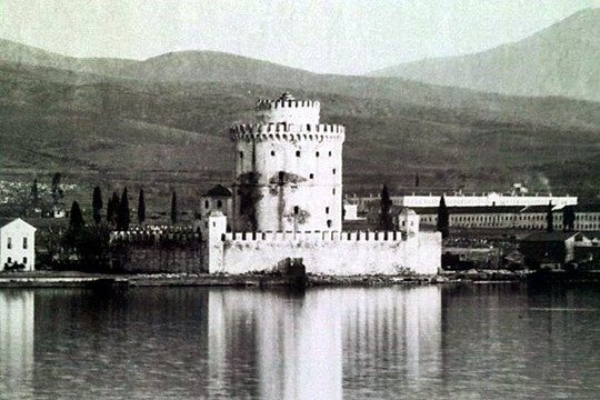 The White Tower in 1898, showing the chemise that surrounded the tower until its demolition in 1917 #Macedonia #Greece #History #Photography