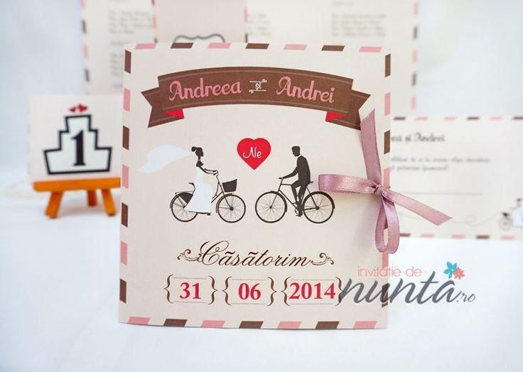 Invitatie de nunta roz Love Bicycles. O invitatie de nunta romantica, cu miri pe biciclete si fundita din satin roz.