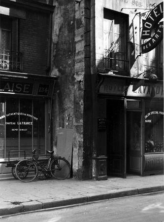 L'Hôtel des Arts, Rue Saint-Denis, Paris - 1935 -  © Marcel Bovis