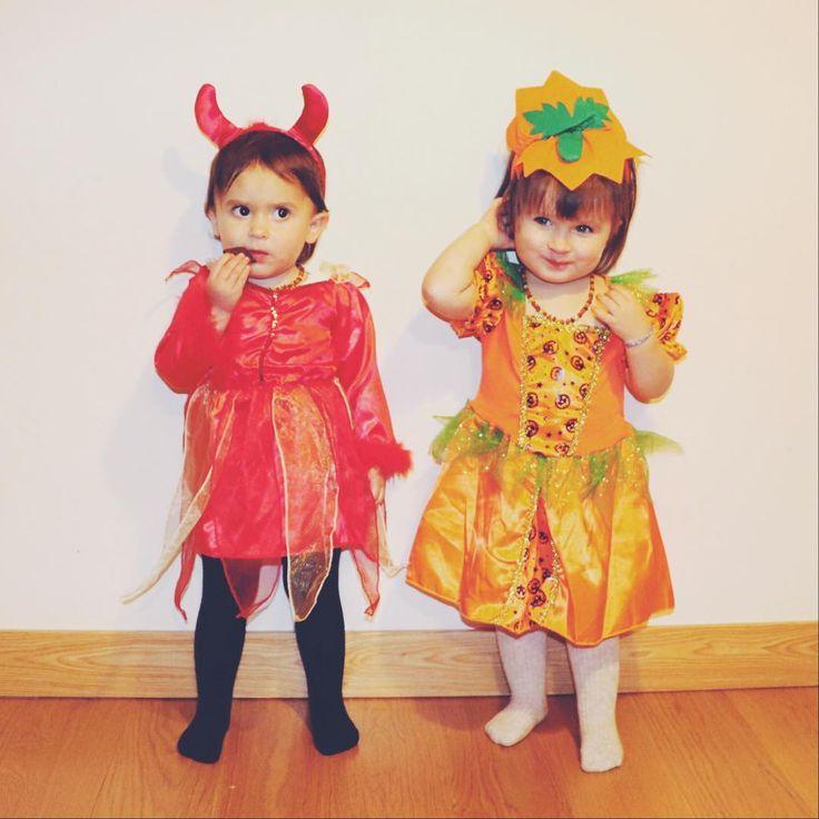Y pensar que en el anterior Halloween las mellizas posaban sentaditas #VuelaElTiempo #Halloween #Eider #Anne #21meses #Gemelas #Mellizas #Twins