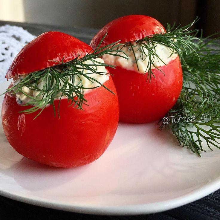 """Вчера была в гостях и одним из блюд на столе оказались фаршированные помидоры.  Состав: плавленный сырок + чеснок + зелень + майонез. Не падать в обморок 😄✋🏼 предлагаю вам попробовать лайт-версию закуски. Или лучше с майонезом?.. 🤔😄😉 Ингредиенты: - помидоры """"нетекучего"""" сорта. Например, сливка. - творог - чеснок (или чесночный порошок) - зелень (укроп, кинза... что нравится) - черный молотый перец - сметана если творог сухой - соль  Приготовление: Творог, зелень, чеснок смешать…"""