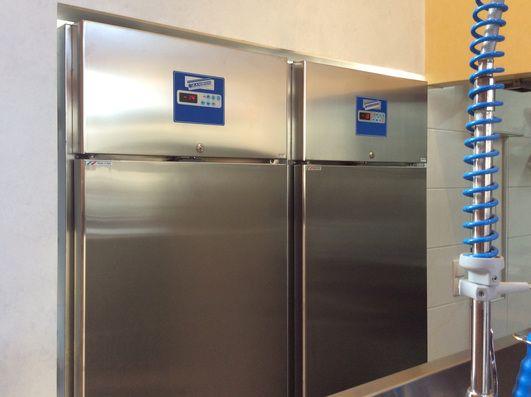 062 e 072 sono gli armadi frigorifero dedicati alla conservazione del gelato di ZAMBON FRIGOTECNICA che, grazie alla loro generosa potenza, la quale permette di mantenere una temperatura costante anche durante le frequenti aperture della porta, permetterà al vostro gelato di mantenere per molti giorni tutte le sue caratteristiche.