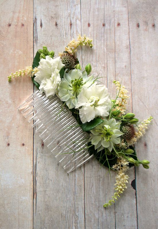 Floral comb for wedding hair with rustic blooms.