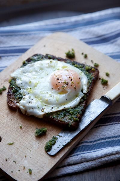 egg over pesto covered breadBreakfast Healthy, Cooking Recipe, Almond Pesto, Healthy Food, Cooking Tips, Eggs Toast, Food Recipe, Drinks Recipe, Eggs Pesto