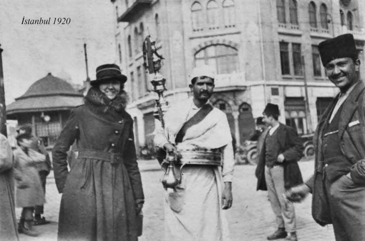 Karaköy, 1920'lerde bir su satıcısı ve halk.