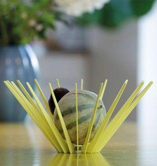 minimalistisk gul frugtskål med skulpturelle linier hindrer brune frugtpletter · smukt dansk design med funktion