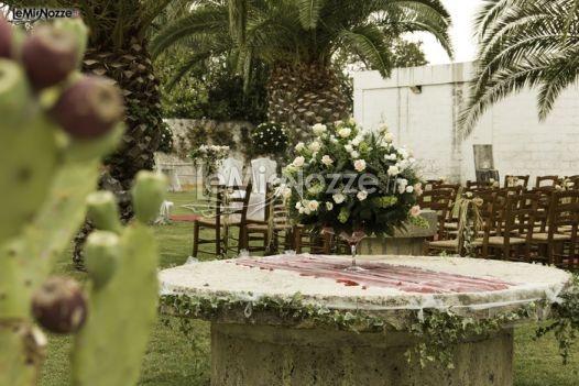 http://www.lemienozze.it/gallerie/foto-fiori-e-allestimenti-matrimonio/img27796.html  Centrotavola per il matrimonio con alzata di fiori bianchi