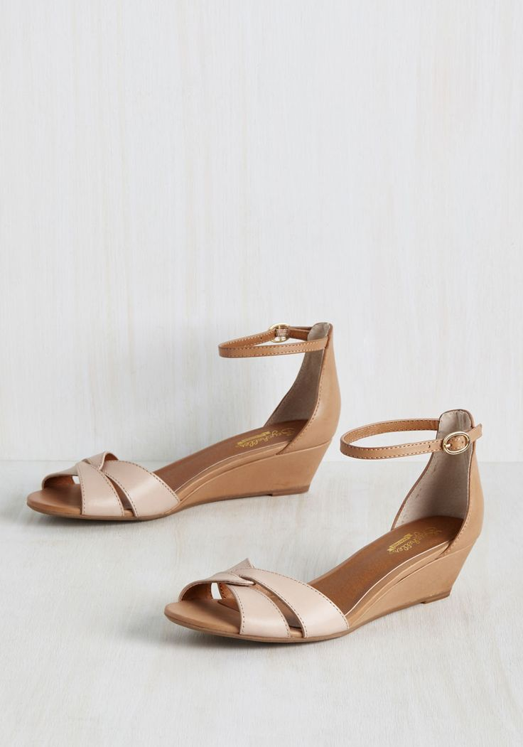 The way the heart chooses who you call your sweetie is by how they make you feel. The same goes for these Seychelles wedges. This leather pair's beige and khaki hues, interlocking toe straps, and golden buckle fill you with a marvelous feeling that'll have you shouting your joy from the rooftops - just like your sweetie!