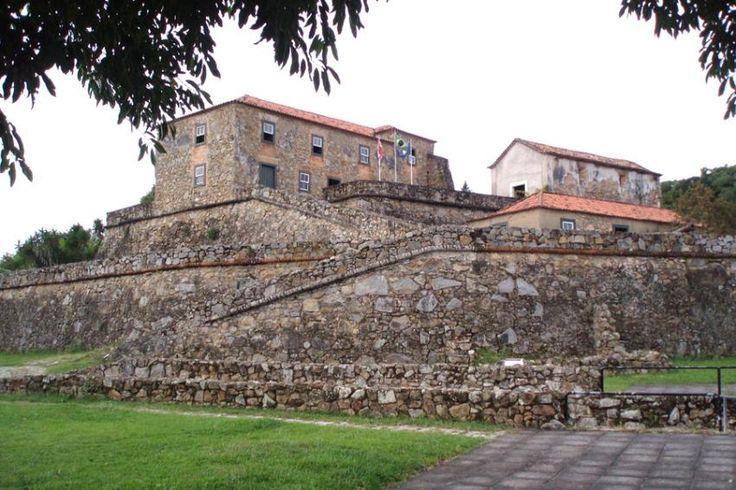 A bela Floripa é dotada de grandes traços da cultura açoriana, visto sempre nas suas edificações, além do artesanato, no folclore, culinária e nas tradições religiosas. No turismo, é nas localidades de 'Ribeirão da Ilha',