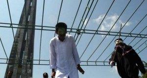 Una corte en Arabia Saudí sentenció a un hombre a 10 años en prisión y 2 mil latigazos por expresar su ateísmo en cientos de publicaciones en Twitter. La policía religiosa a cargo de monitorear las redes sociales encontró más de 600 tuits que negaban la existencia de Dios, ridiculizaban versos del Corán, acusaba […]