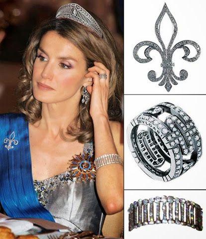 BROCHE DE LIS La flor de lis es la parte central de la diadema «Princesa», que fue diseñada para que la pieza pudiera usarse por separado. En las cenas de gala, doña Leticia ha recurrido frecuentemente a este broche para la sujeción de su banda. ANILLO 'PARENTESI' Diseño greco-romano —calado de oro blanco de 18 kilates y pavé de diamantes— fue un regalo de la firma Bulgari a la princesa con motivo del nacimiento de la infanta Sofía BRAZALETE 'ART-DECO' Este brazalete de Cartier está…