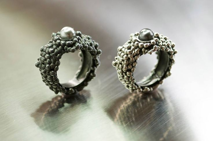 Gioielli artigianali unici e preziosi, piccole sculture realizzate a mano in argento e bronzo che sanno incantare.  Contemporary handcrafted jewelry made in Italy