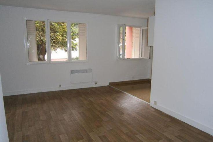 St Cyprien - Patte d'Oie - T2 de 38m2. RdC. Calme. Entrée, un séjour avec coin cuisine + un coin nuit, une salle de bains et un toilette. Un cellier n° 1. Adl immobilier