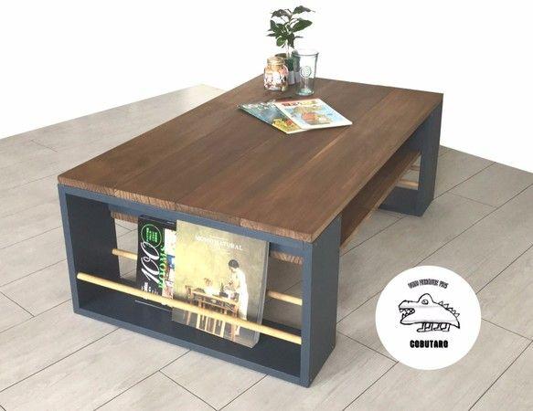 マガジンラックと収納つきの木製ローテーブルです。サイドにマガジンラック、テーブル下に収納を作り機能性の高いローテーブルにしました。3〜4人用サイズです。脚材は深みのあるネイビーブルーにして、そこに天板と同色の丸木をはめこみました。天板は木目を活かしたナチュラルな色合い(ウォルナット)に加工し、使いこむとさらに風合いが出るようにしました。(カラーサンプルページの⑥とD)マガジンラックには大半の雑誌を収納できます。(★大判雑誌も縦置きできる高さに改良しました)テーブル下の収納にはリモコンやボックスティッシュなど、散らかりがちなお部屋の小物を入れていただけます。▶︎おすすめポイント・雑誌を大量に収納可能!・テーブル下にも収納がたくさん!・丈夫な木材を使用しています!・リビングにピッタリの中型サイズ!サイズ横幅90cm縦幅50cm高さ38cm(その他、詳細は写真参照)素材パイン集成材品番 MWLB-6⚠︎注意点⚠︎…