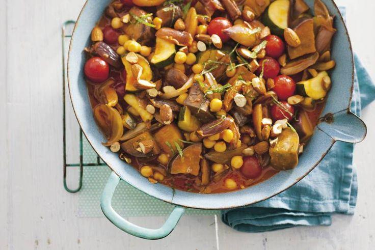 Groentestoof met parelcouscous. Uit de Marokkaanse keuken. Rijkgevuld met aubergine, courgette, tomaten, dadels en kikkererwten. Lichtzoet van smaak.