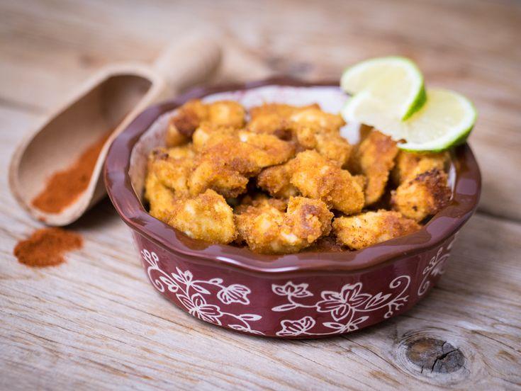 I bocconcini di pollo alla paprika, resi piacevolmente croccanti dall'aggiunta di pangrattato, sono cotti in forno e sono semplicissimi da preparare.