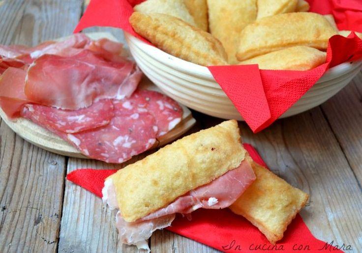 Lo gnocco fritto è una ricetta tipica dell'Emilia Romagna realizzato con un impasto a base di farina e strutto che viene fritto.