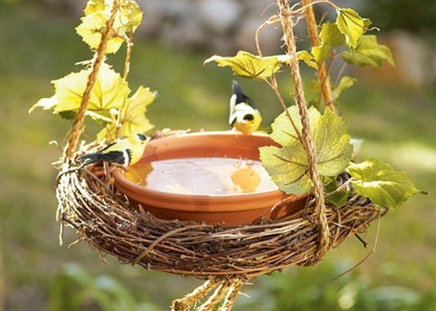 M DIY Bird Bath Craft for Summer! I love this and have birds all over my yard, m. M DIY Bird Bath Hanging Bird Bath, Diy Bird Bath, Bird Bath Garden, Homemade Bird Baths, Homemade Bird Houses, Homemade Bird Feeders, Garden Birds, Glass Garden, Wooden Bird Feeders
