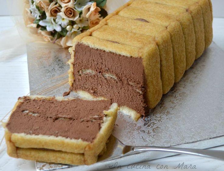 La torta pavesini e mousse al cioccolato è un goloso dolce freddo formato da un guscio di pavesini che racchiude una soffice mousse al cioccolato fondente.