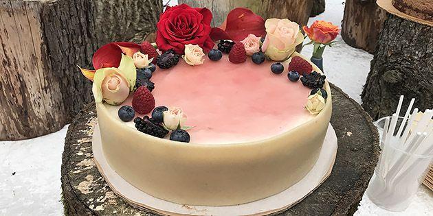 Super smuk lagkage med fløjlsblød rabarbermousse og hvid chokolade.