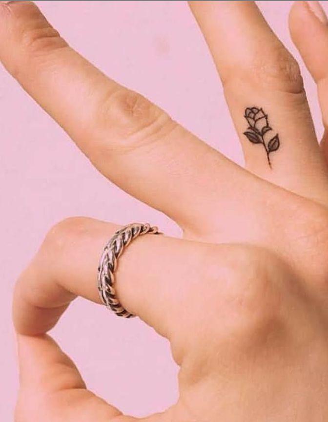 45 Ideas Minusculas Significativas Del Tatuaje Del Dedo Cada Mujer Impaciente Tatuaje Minnie Tatuajes En Los Dedos Tatuaje Unalome