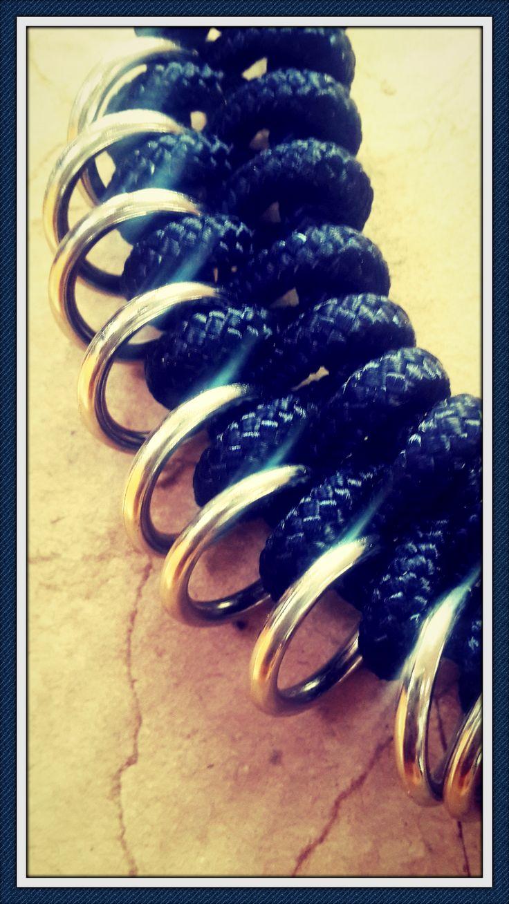 Anudado cordón azul