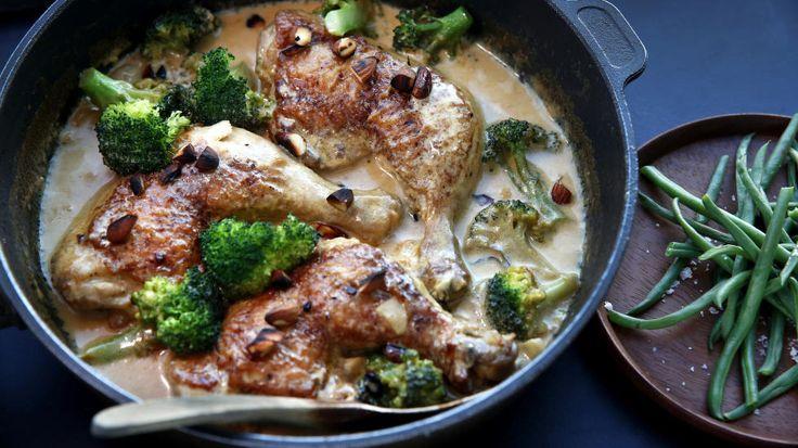 HVERDAGSLYKKE: Kyllinggryta er ikke mye å snakke om, men mye å like. Du kan variere den i det uendelige. Andreas Viestad lager den noen ganger med grønn curry og kokosmelk, andre ganger med sopp og bacon, eller fløte og urter. Foto: METTE RANDEM