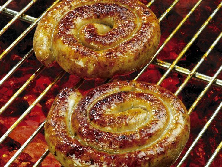 Bratwurstschnecken auf englische Art 600 g Schweinefleisch 400 g Rinder- oder Lammfleisch 250 g grüner Speck 2 Knoblauchzehen 2 EL Worcestersauce 2 EL Weißweinessig 1 TL Koriandersamen 1 Msp. Cayennepfeffer 1 Prise Muskat 1 Msp. getrockneter Thymian 1 Prise gemahlene Nelke 1 TL schwarzer gemahlener Pfeffer ½ TL Salz Wursthüllen bzw. Därme vom Metzger