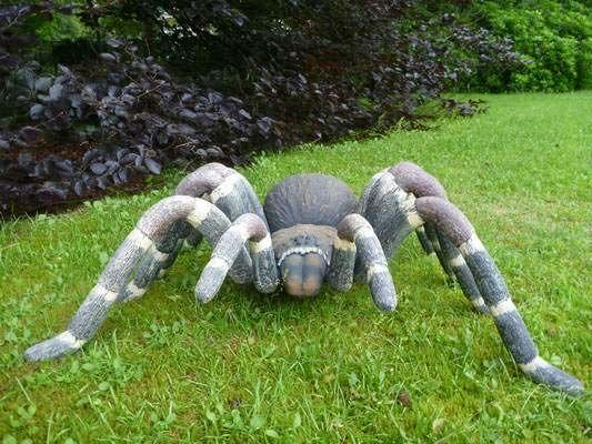 Plongez tout droit dans l'ambiance d'Harry Potter dans votre jardin avec cette araignée géante en résine. Frissons garantis