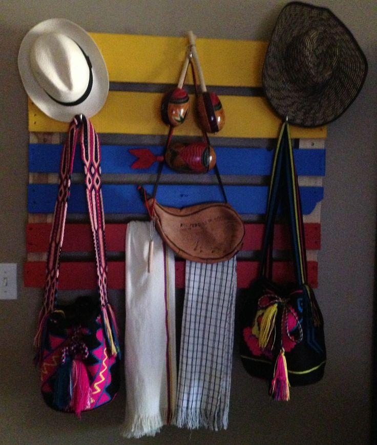 Decoración con Perchero de artesanías e instrumentos musicales típicos colombianos. #FiestaTematicaColombiana