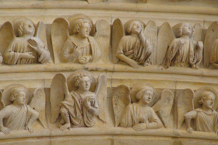 Notre-Dame de Paris Portail du jugement dernier.  Détail des Anges des voussures  On peut notamment remarquer les traces de polychromie du Moyen-Âge, particulièrement dans les plis des drapés et sur les ailes. © NDP