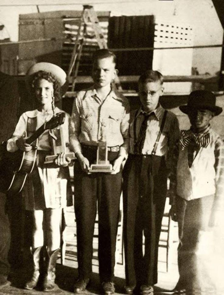 """Em 3 de outubro de 1945, 10 anos de idade Elvis cantou """"Old Shep"""" - sua primeira apresentação pública - para um concurso de canto na Feira Mississippi-Alabama e Show de Laticínios.  Ele chegou em quinto lugar, ganhando US $ 5 e um bilhete grátis para os passeios justo.  """"Eu usava óculos, sem música, e eu ganhei - Eu acho que foi - quinto lugar.  Eu tenho uma surra no mesmo dia.  Minha mãe me chicoteou para alguma coisa.  Destruiu completamente o meu ego. """""""