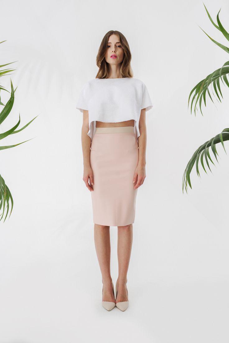 Perłowy crop top + skórzana ołówkowa spódnica