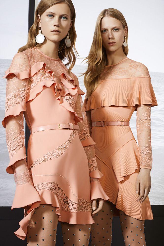ELIE SAAB: Collección resort 2018. Hermosos vestidos en color curuba con volados y capas simulando hombros afuera, manga larga, escote básico, incrustaciones de encaje