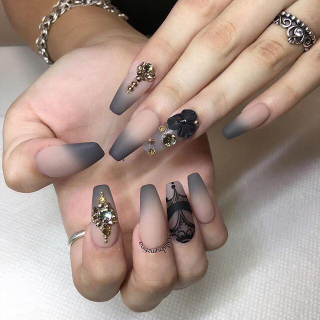 Ich liebe diese Sargnägel! Graue Ombre-Tipps mit schwarzer Nailart und Strassverzierungen #nailsGrey #Nails