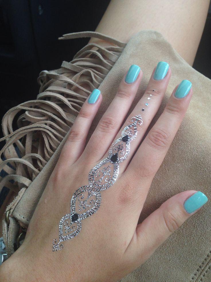 Мятный цвет ногтей в такую жару самое то!))