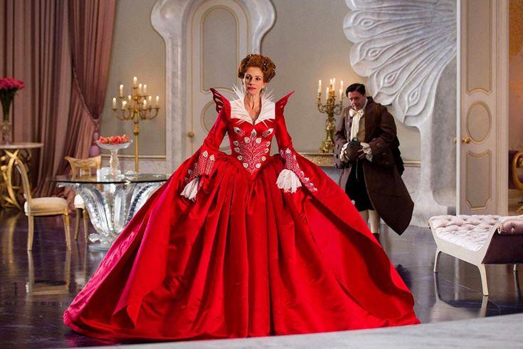 amo il rosso.... per cui potete immaginarvi quando ho visto questo vestito addosso a Julia Roberts nella scena del ballo di Biancaneve