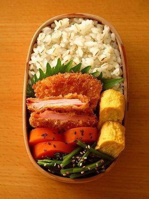 三段ロースハムカツ ほうれん草おひたし 人参の甘煮 玉子焼き 大葉 白米+押し麦ごはん