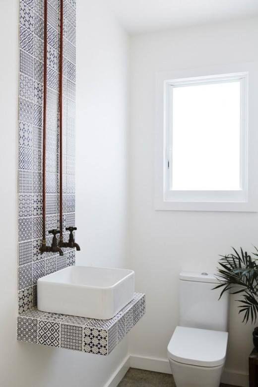 Este austero #baño nos enamora por la columna de #azulejos #hidráulicos en azul y blanco que forman el lavabo...