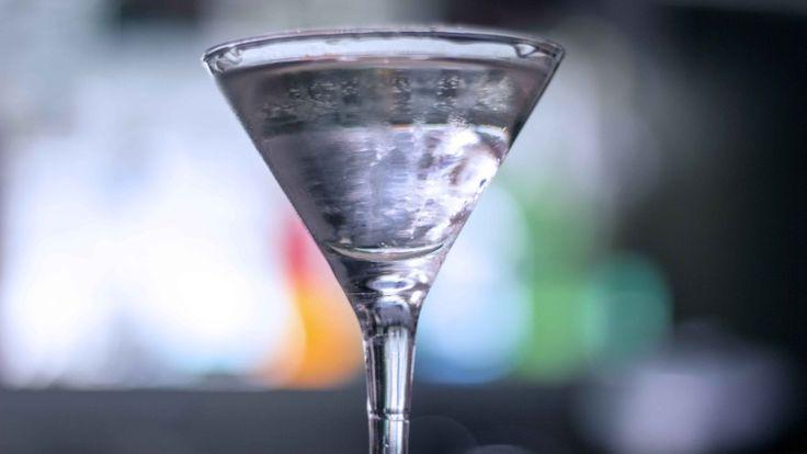 #Cocktail #Martini: il re, ecco la #ricetta e i consigli per un cocktail perfetto! #gin http://winedharma.com/it/dharmag/luglio-2015/cocktail-martini-la-ricetta-originale-gli-ingredienti-le-dosi-e-la-storia-del-re
