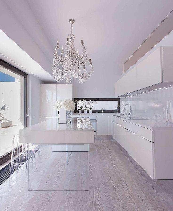 Кухня хай-тек: бескомпромиссная функциональность в интерьере http://happymodern.ru/kuxnya-xaj-tek-45-foto-chistaya-funkcionalnost/ Белоснежная кухня с рабочим островом на стеклянных ножках