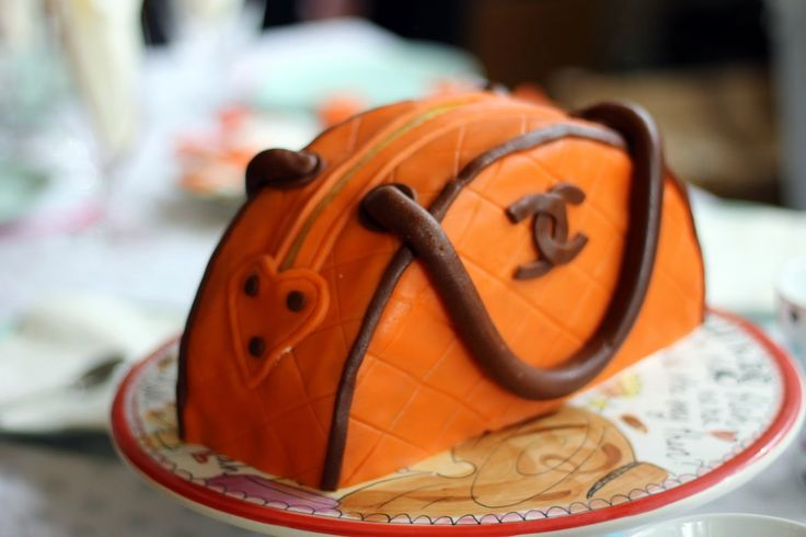 Birthday cake for my daughter   http://bakegleder-camilla.blogspot.no/2014/11/veskekake-til-store-prinsessa-som-ble-9.html