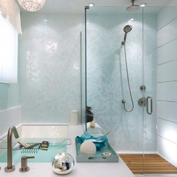 Ванная комната. Освежающая цветовая гамма 🛁🚿❄ #ванна #комната #свежий #цвет #белый #мозаика #душ #свет #окно #релакс #interior #style #интерьер #beautiful #bathroom #white  #fresh #relax #light #mosaic #decor #design #dream #дизайн #window
