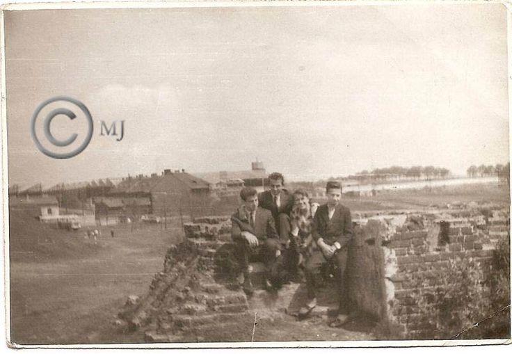 Młodzież pozująca do zdjęcia na Georgshutte.Z lewej strony budynki przy ulicy Stęślickiego.Z prawej strony Srokowiec.Lata 60 XX wieku.( fot.ze zbiorów Henryka Nikisza)